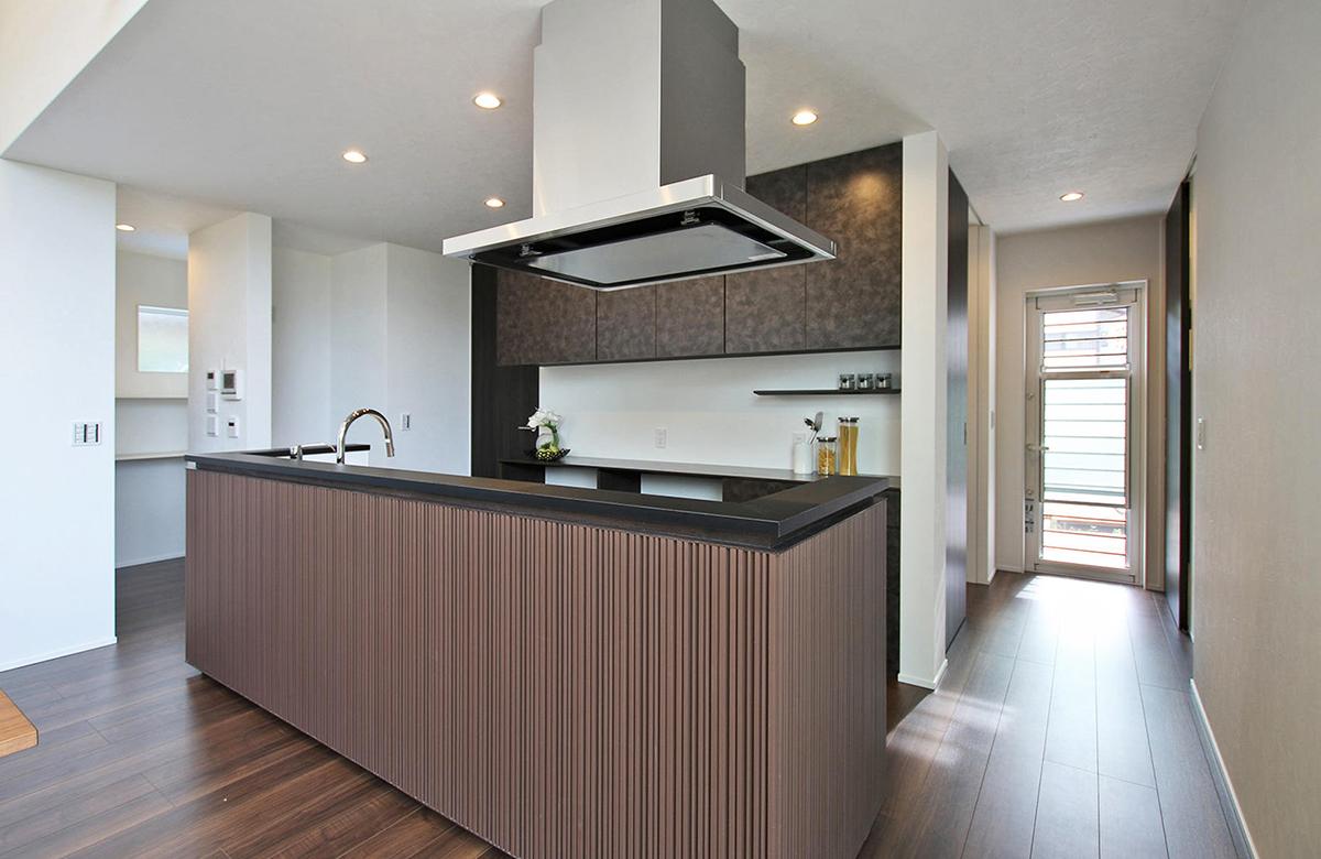 脇にパントリーを構え、回遊性のあるキッチン動線