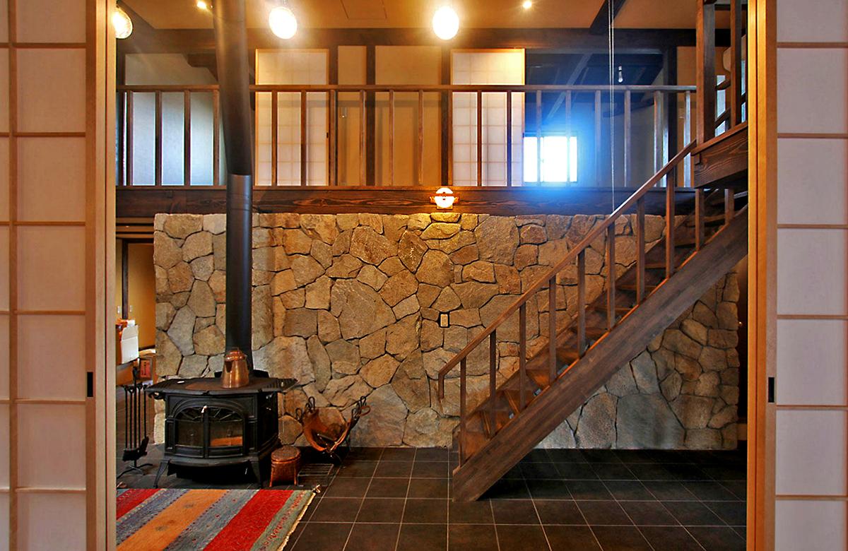 1階リビング壁には、地元の庵治石の自然石