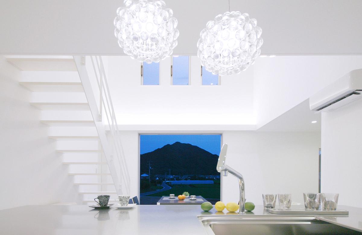 キッチンから里山の頂が見える窓