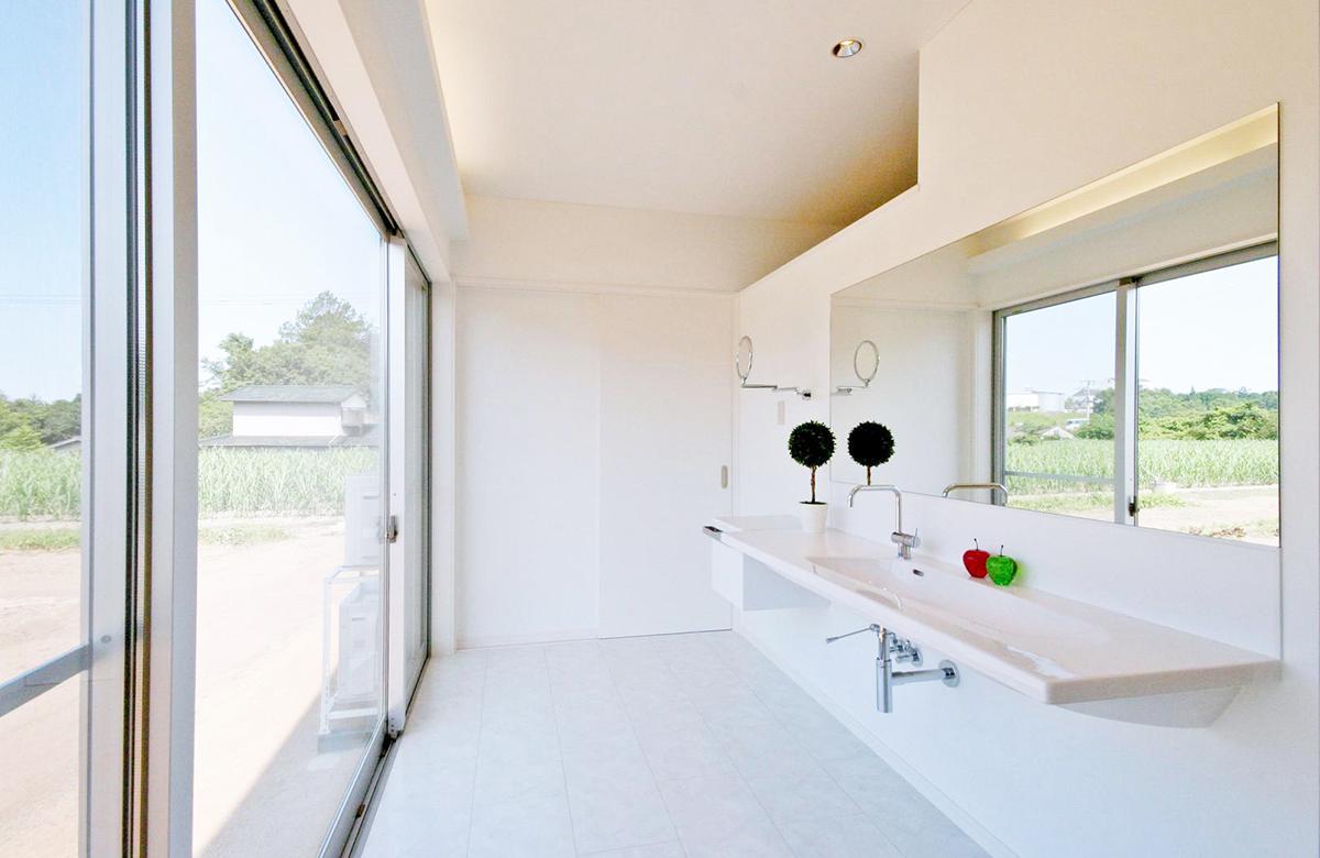 洗面脱衣室の窓も開放的