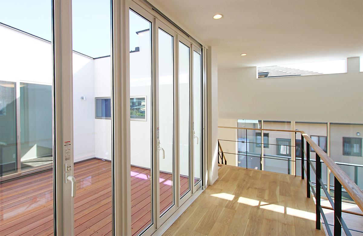 2階中庭テラス、全開口窓から光が取り込まれます。