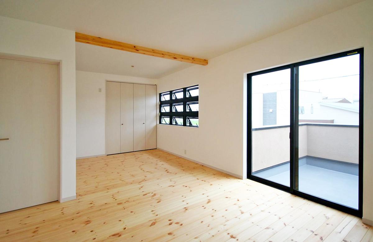 2階の洋室も無垢床、塗り壁のインテリア