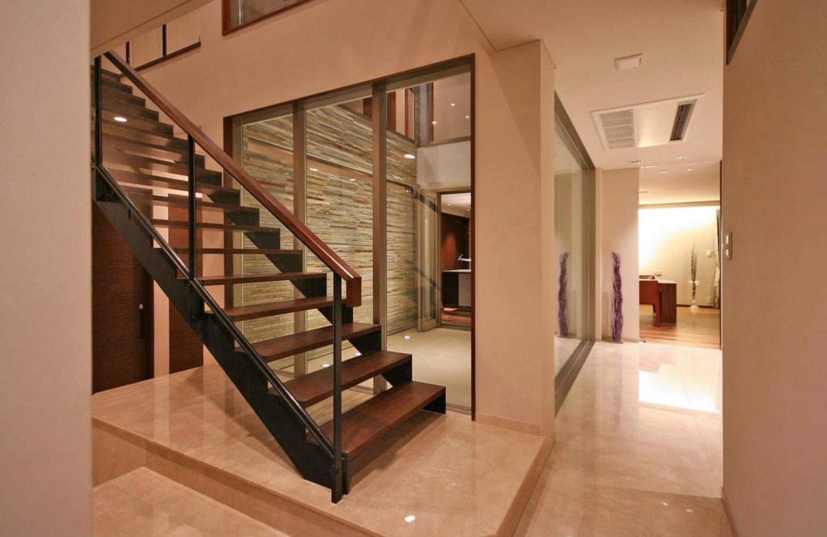 大理石貼りの床から2階へ