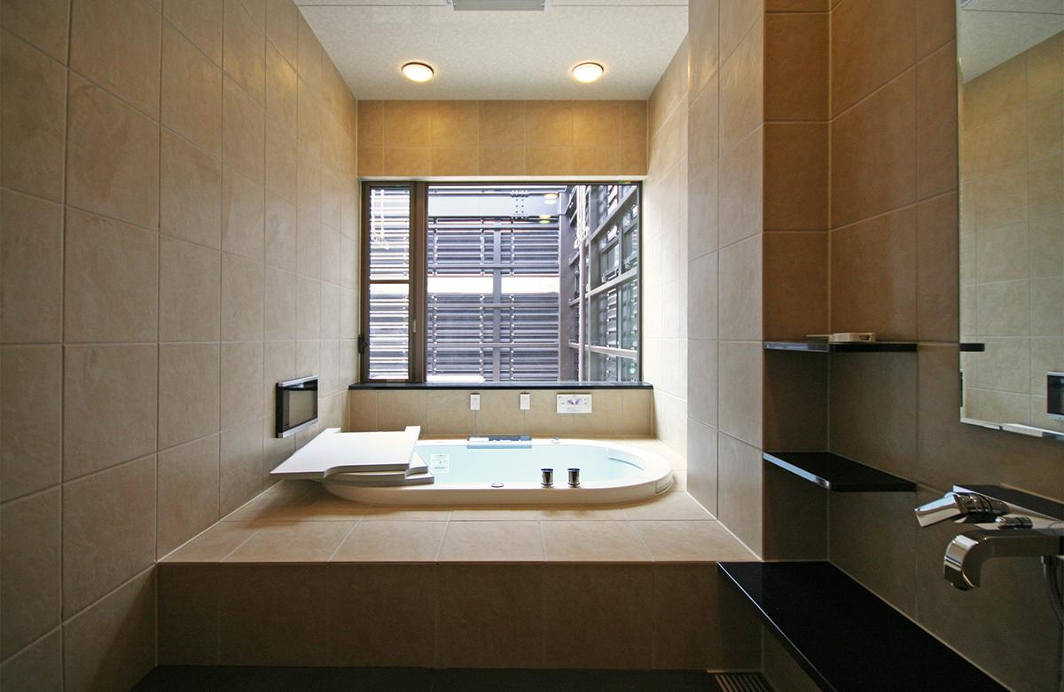 浴室はタイル貼り、多機能な浴槽を設置