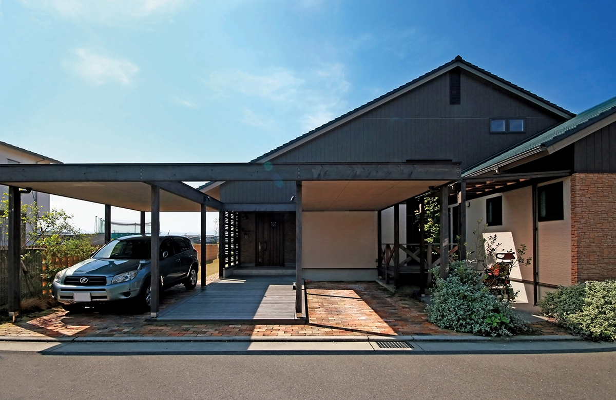 建物と一緒にガレージ屋根もデザイン