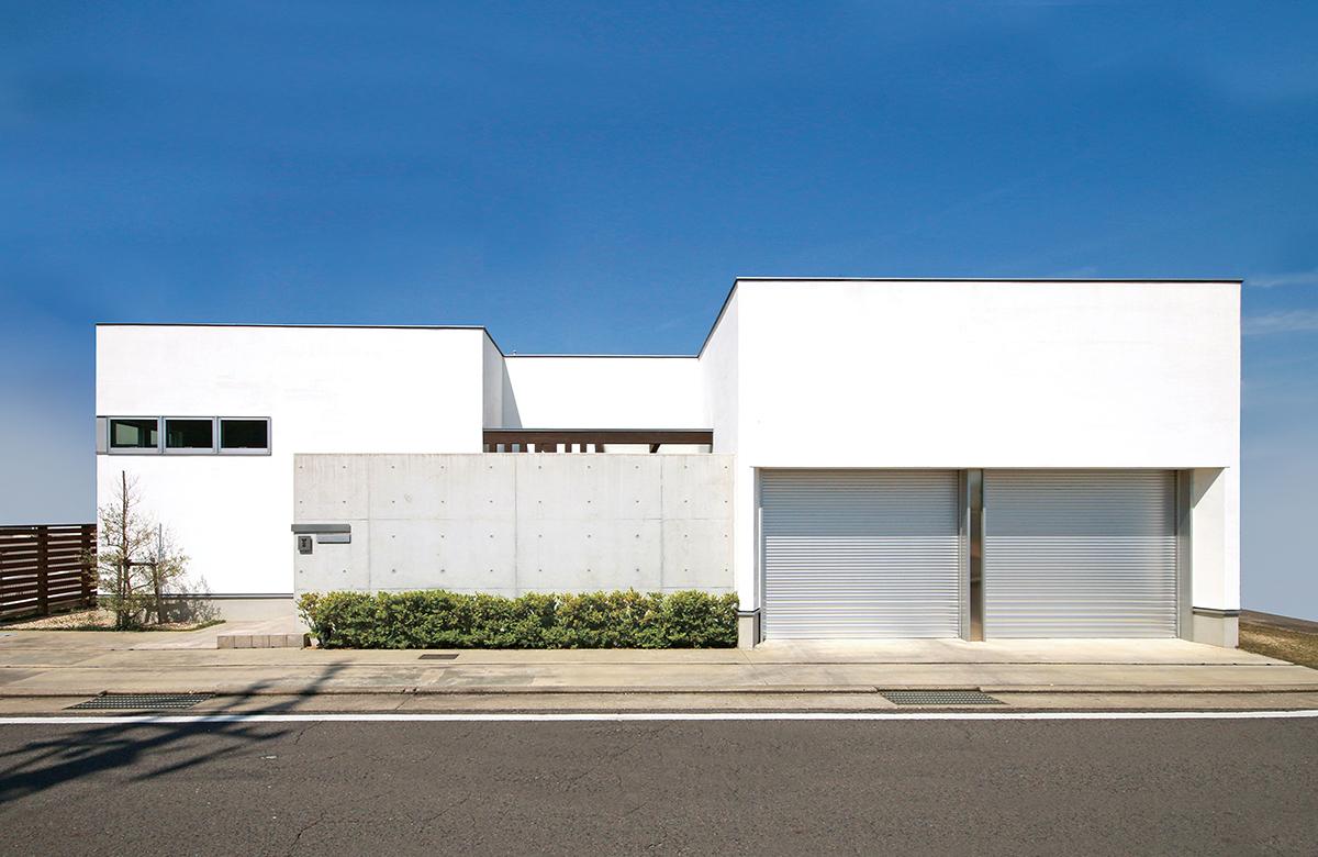 連続した白のBOXとコンクリートの壁が織りなすシンプルなファサード