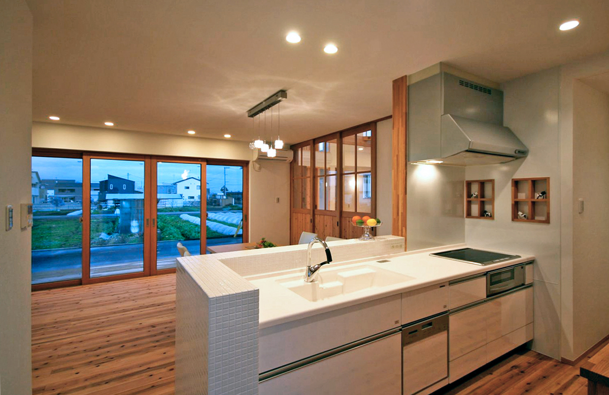 キッチン周りにも杉の格子デザイン棚