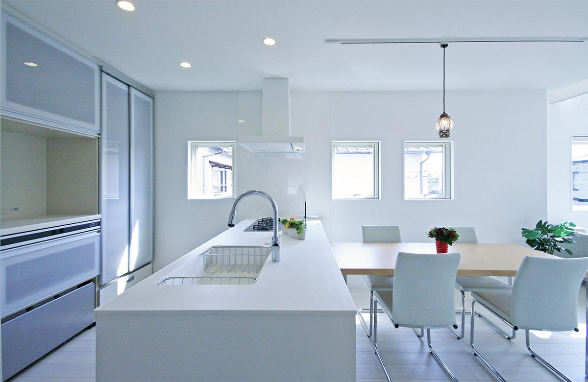 ホワイト×シルバーの生活感あふれるキッチン