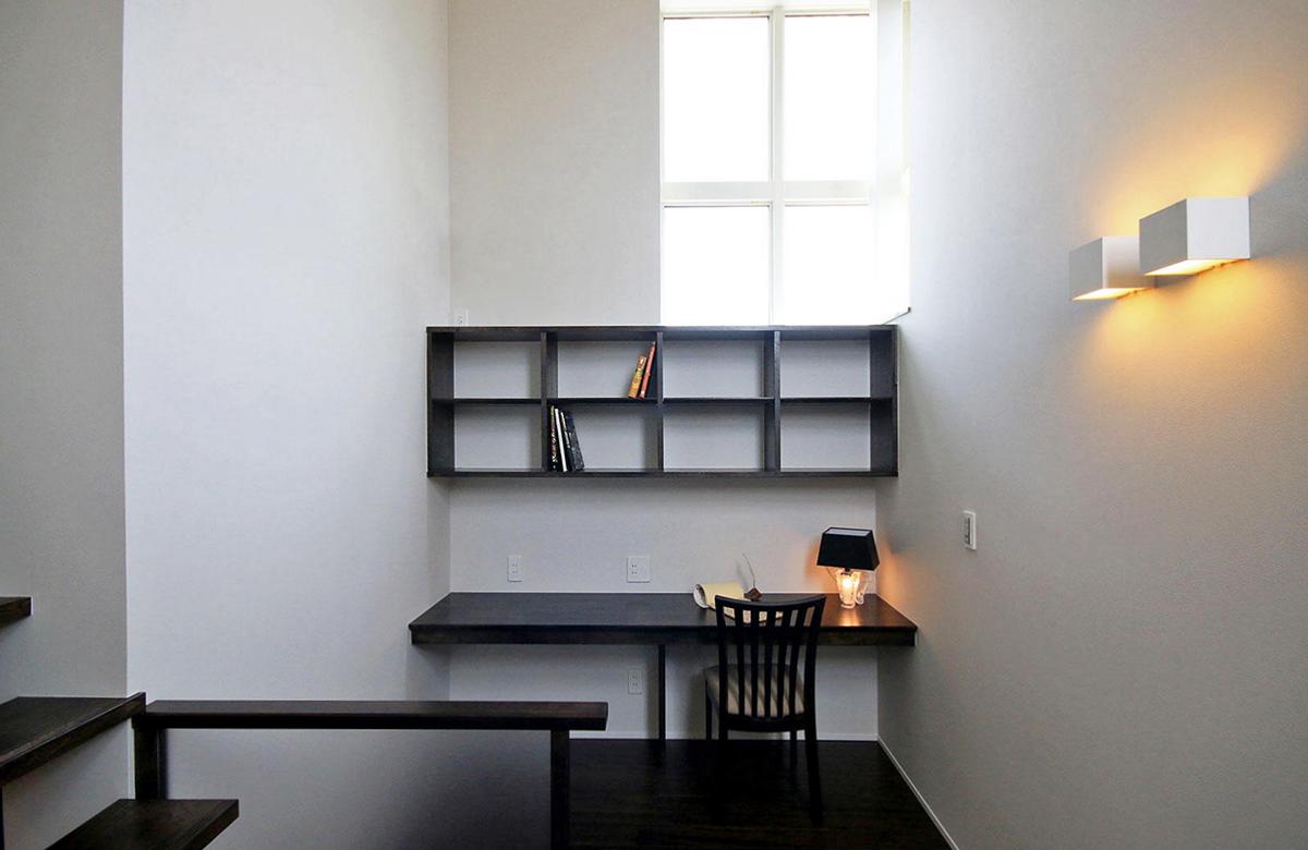 階段にはオープンな書斎スペースを設けた