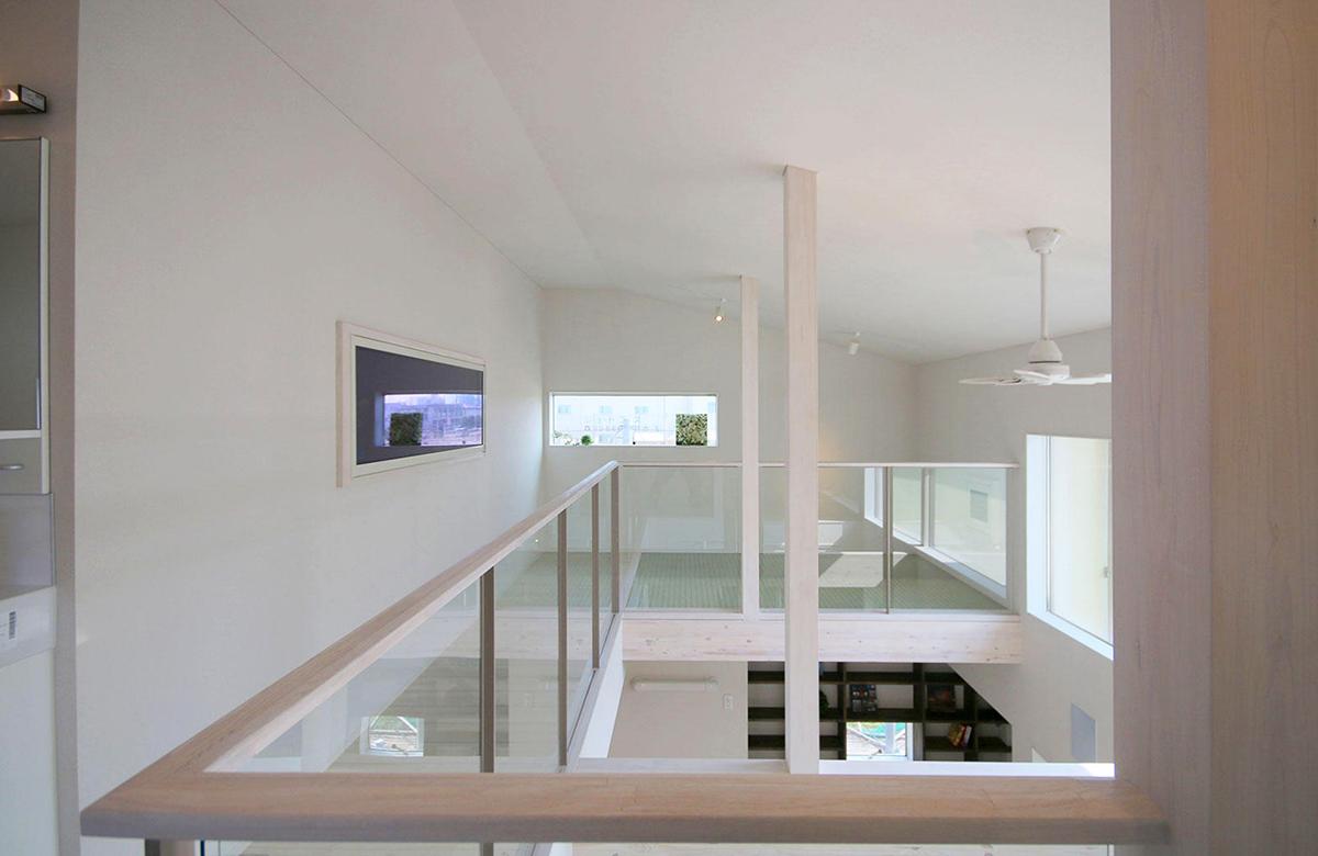 半透明の床など、自然光を効率よく広げる工夫を各所に施した