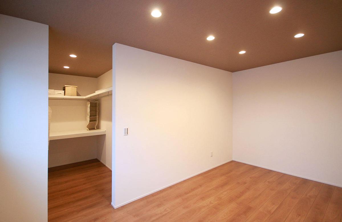 WIC併設の寝室は極めてシンプルに