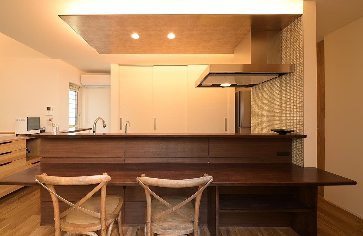 広々使いやすいキッチンカウンターは造作で設えた
