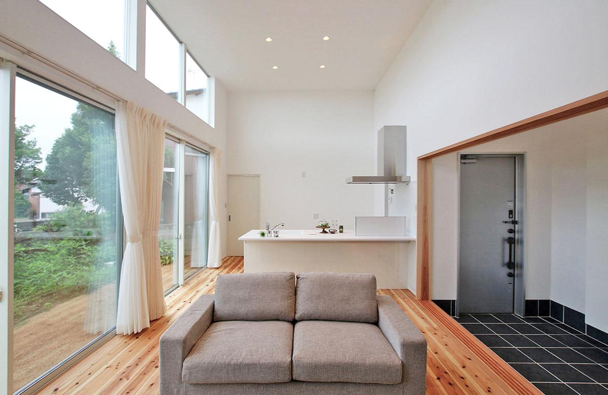 4mの天井高でコンパクトかつ開放的な居室に