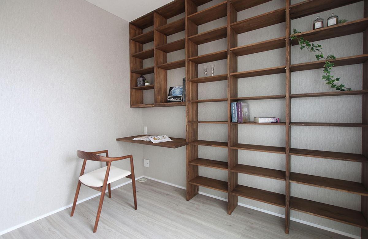 使い勝手の良い書斎スペースは造作で