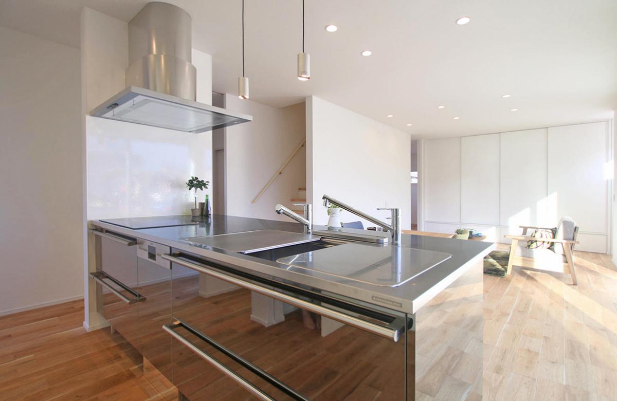シンプルな空間に映えるキッチンはTOYO KITCHENのもの