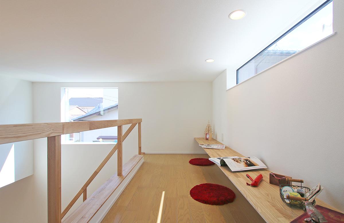 スタディスペースはコンパクトながら床座で広々