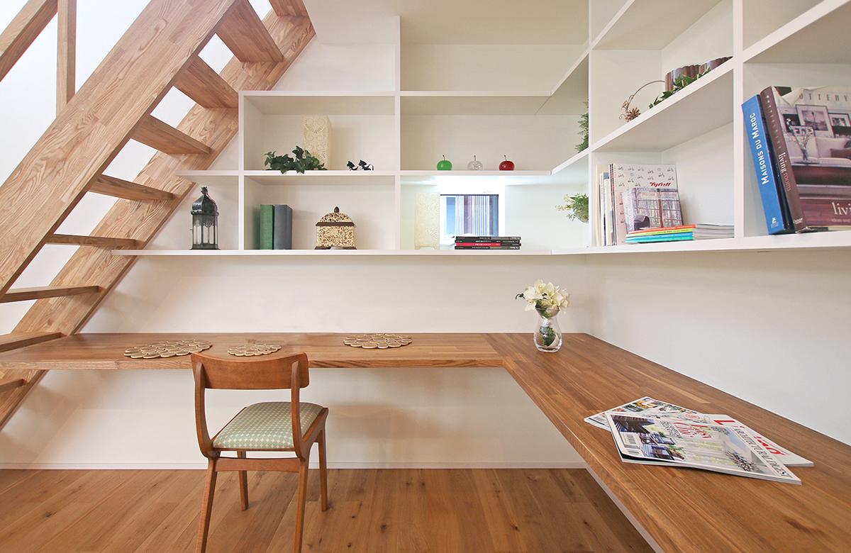 階段下は書斎スペースに活かした