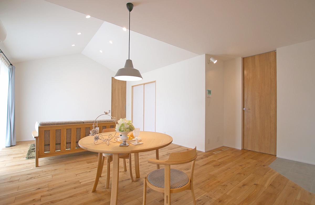 天井デザインの遊び心がシンプルな空間に映える