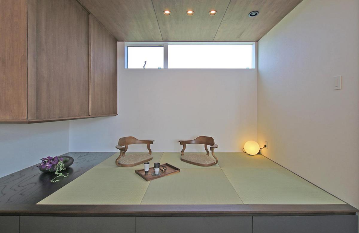 リビングに隣接する畳スペースは一息つける場所に