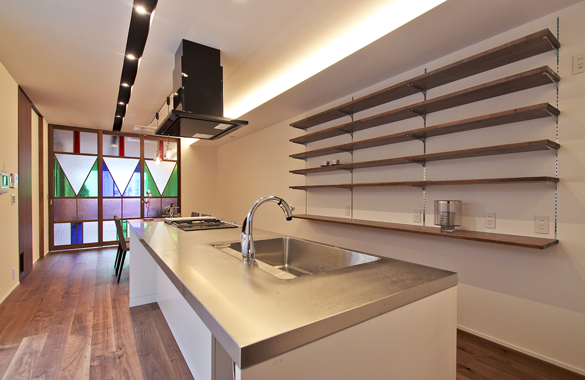 ステンドグラスが映える、シンプルな設えのキッチン周り