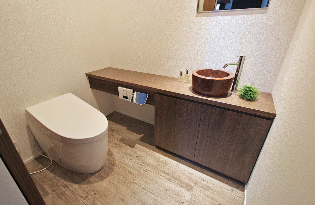 バリアフリー化も見据えての広々トイレ