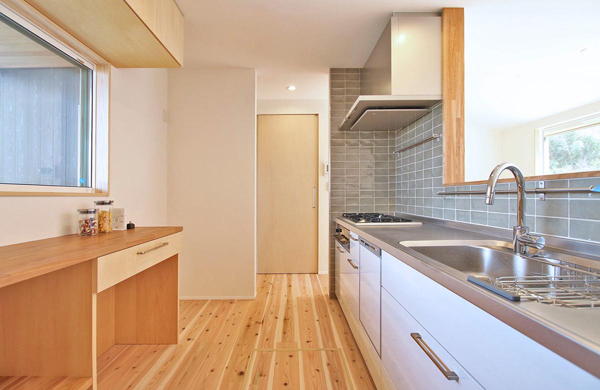 キッチン周りは広めの導線を確保