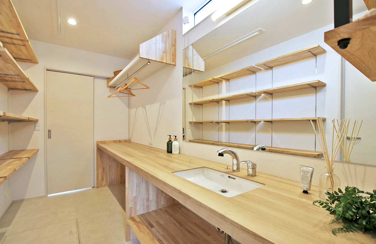 キッチンからの延長線にサニタリースペースを配置