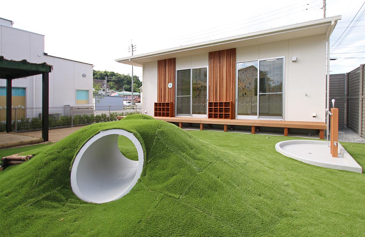 運動場にはトンネルや芝生を設置し、思いおもいに遊ぶ
