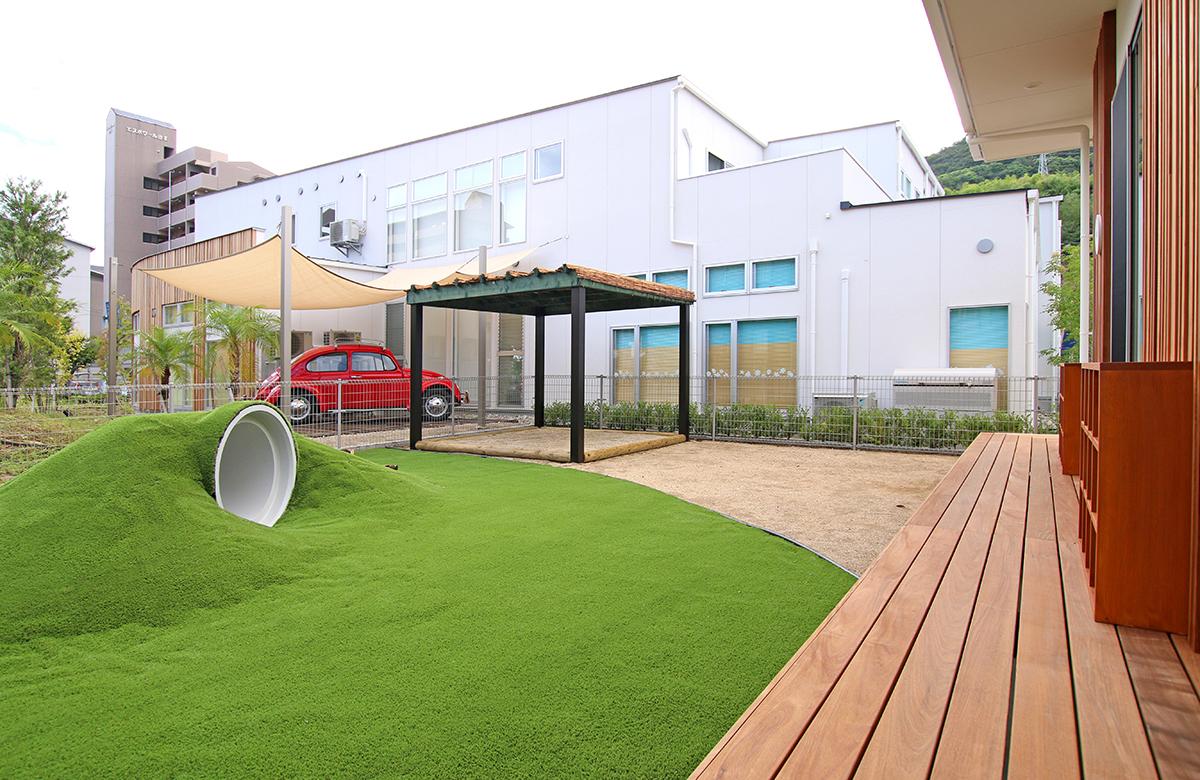 隣接する医院の庭を借景に、笑顔あふれる運動場