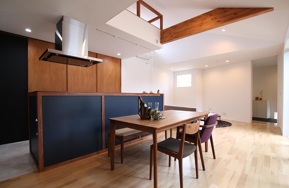 空間を上下に活用し、変化に富んだ室内空間