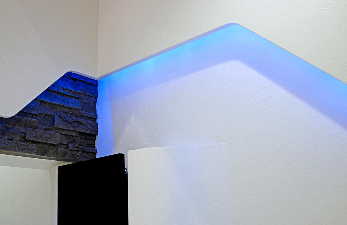壁面にブルーの間接照明で演出