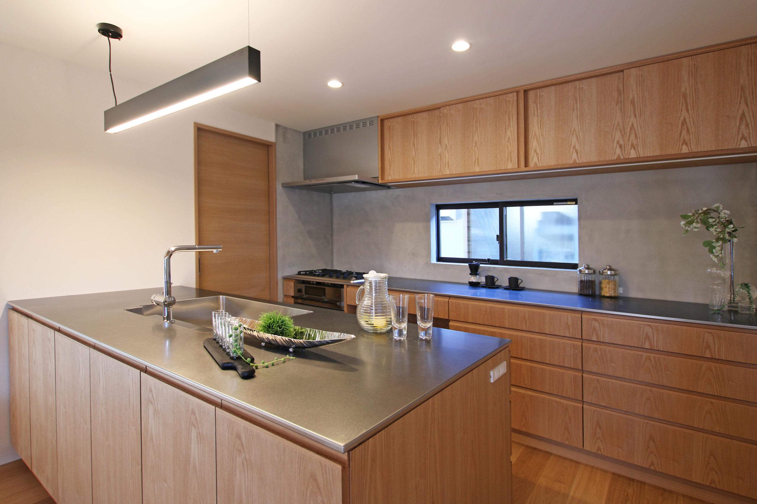 ステンレス×木材の質感も美しいフルオーダーのキッチン