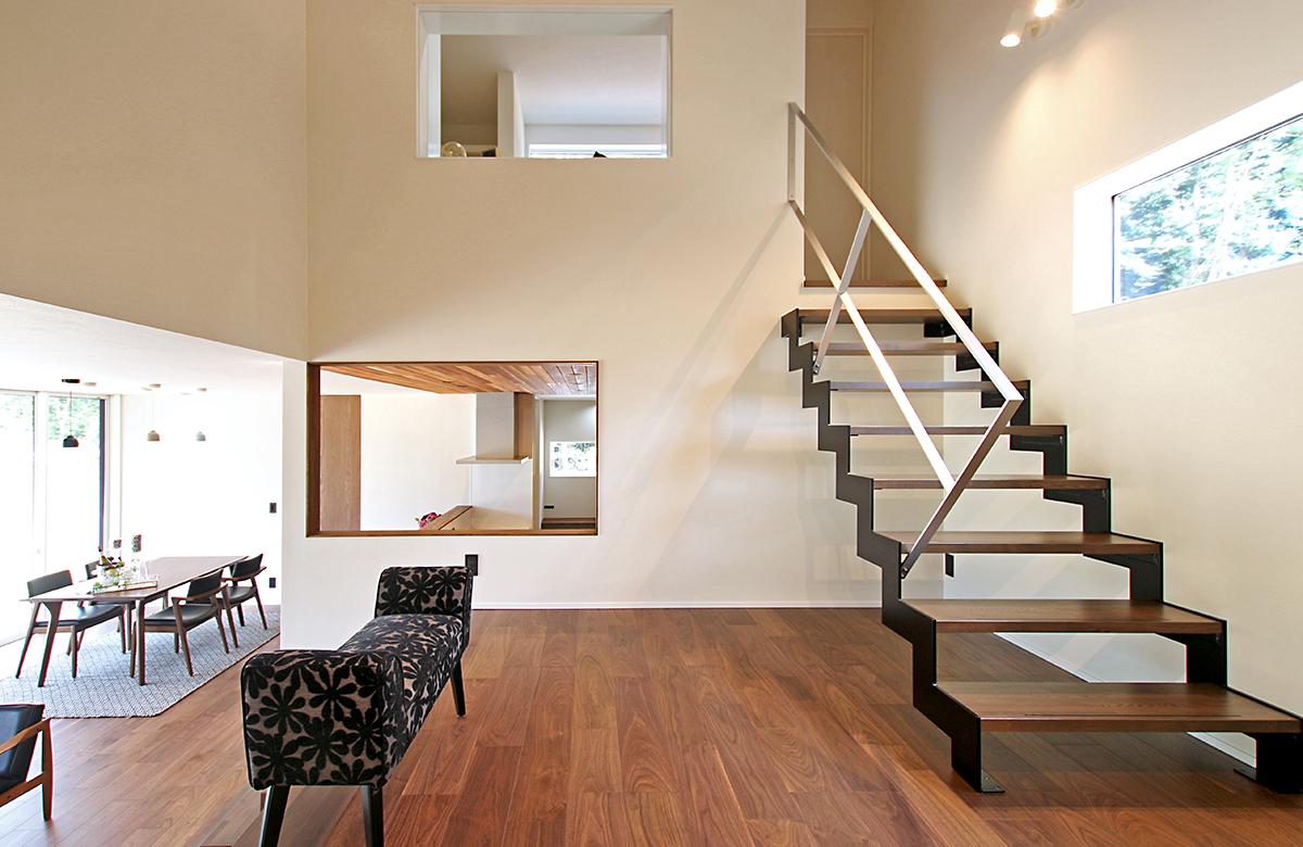2階への階段は軽快な鉄骨フレーム