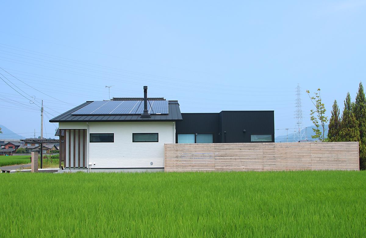 太陽光パネルと煙突の屋根