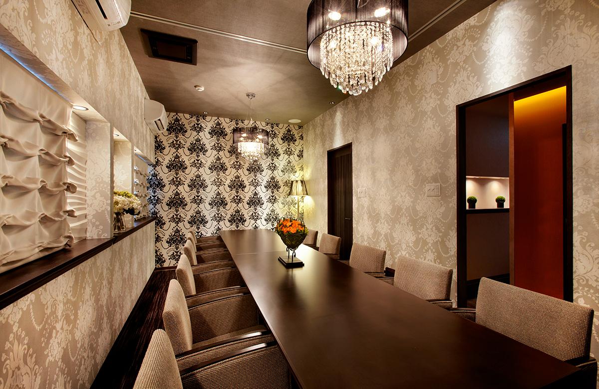 ゴージャスなインテリアの個室は2部屋に仕切れます。