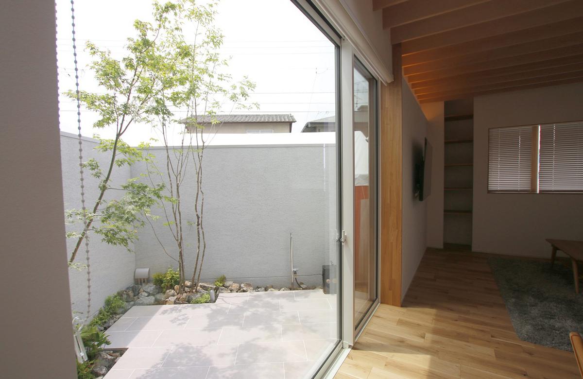 高い塀で囲まれたプライベートな中庭空間