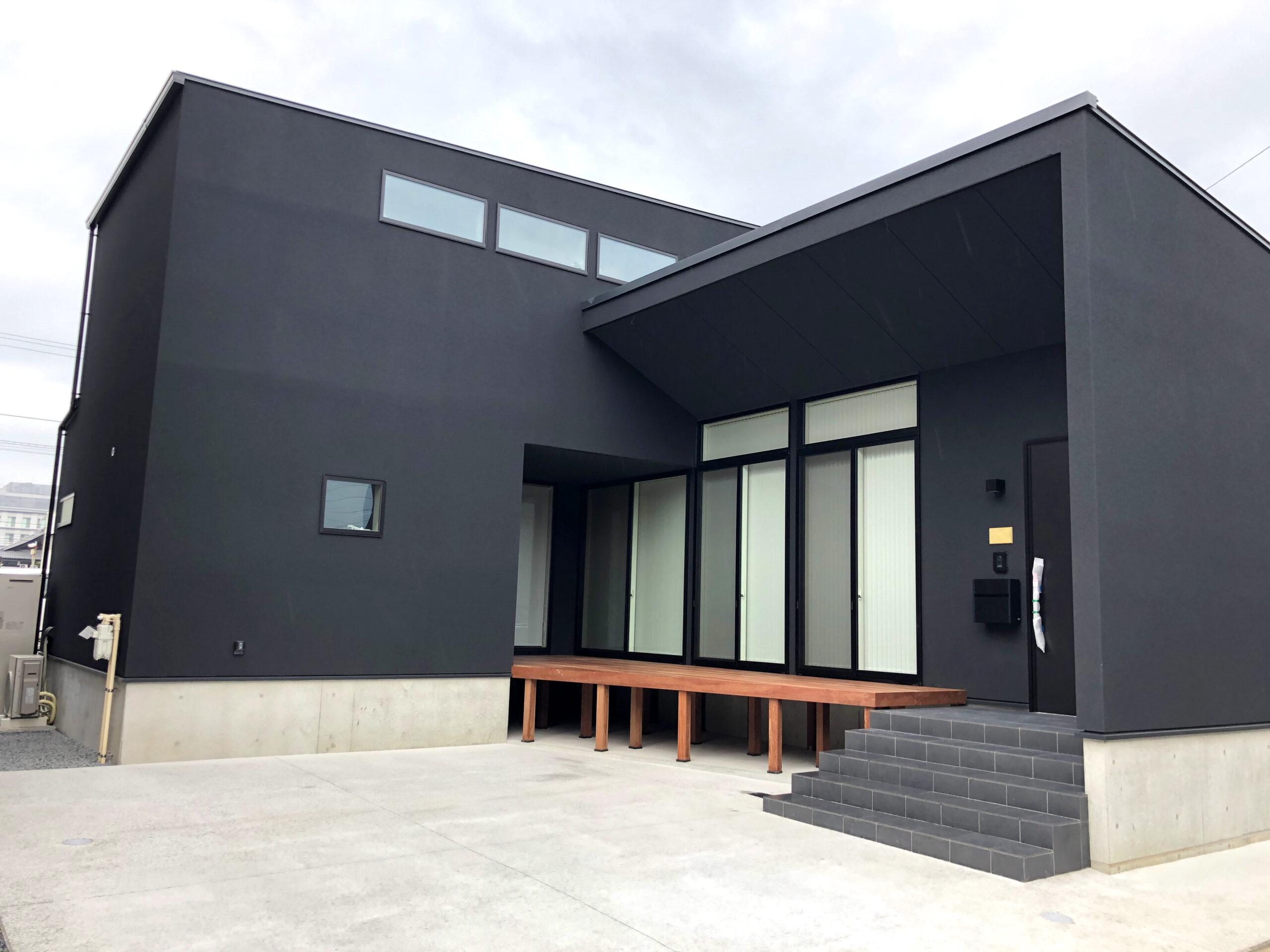 黒い外壁が印象的なスタイリッシュな外観