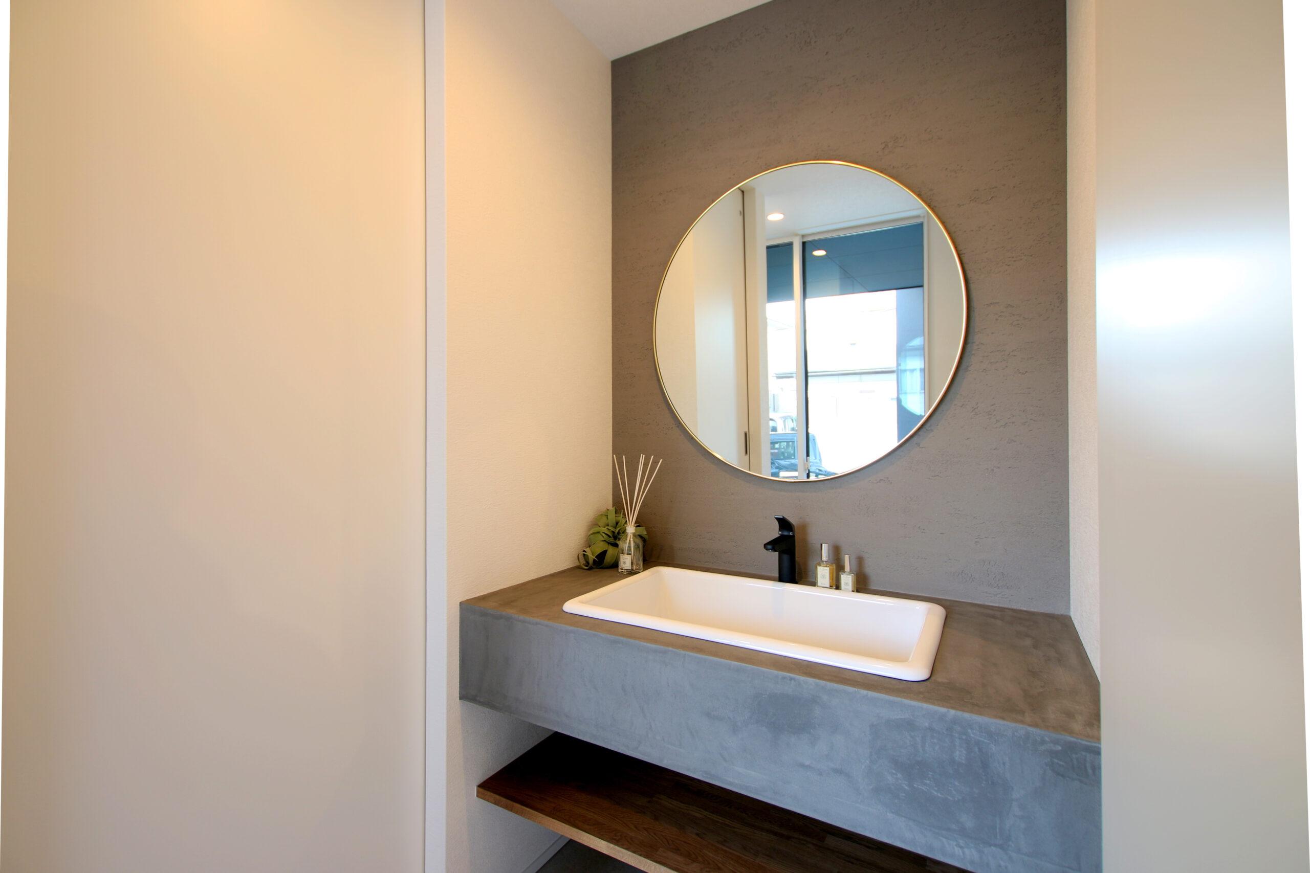 こだわり洗面は丸い鏡で大人っぽい雰囲気に仕上げました。