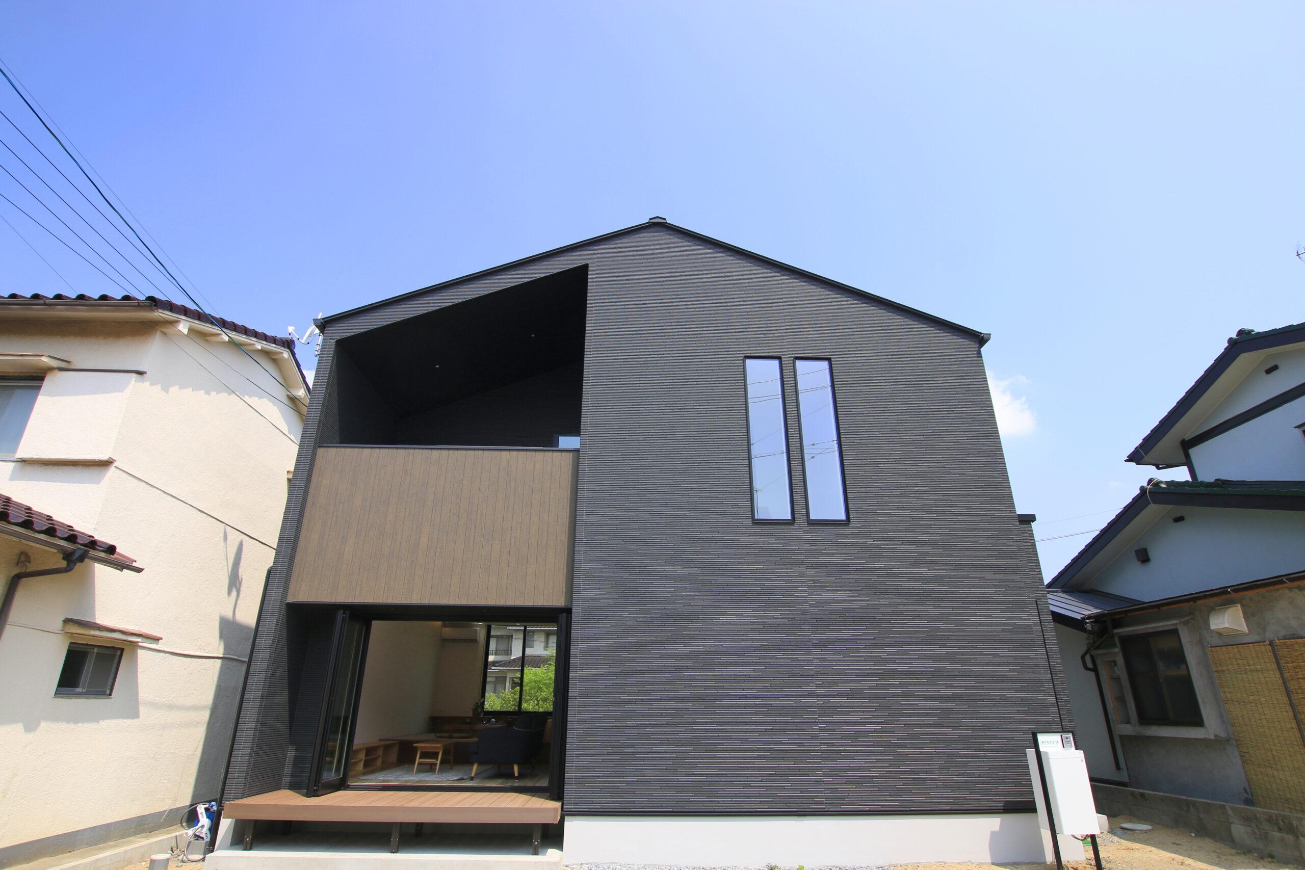 ブラックと木の色がバランス良く合わさった三角屋根のおうち