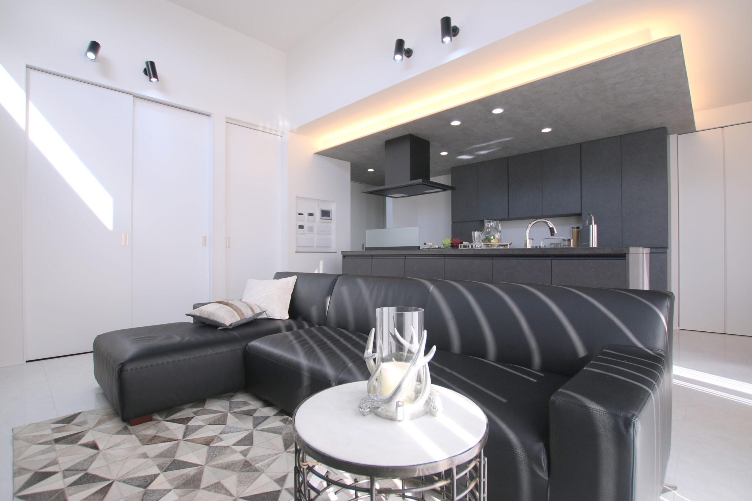 間接照明とアイランドキッチン、造作の背面収納でこだわりのキッチン空間