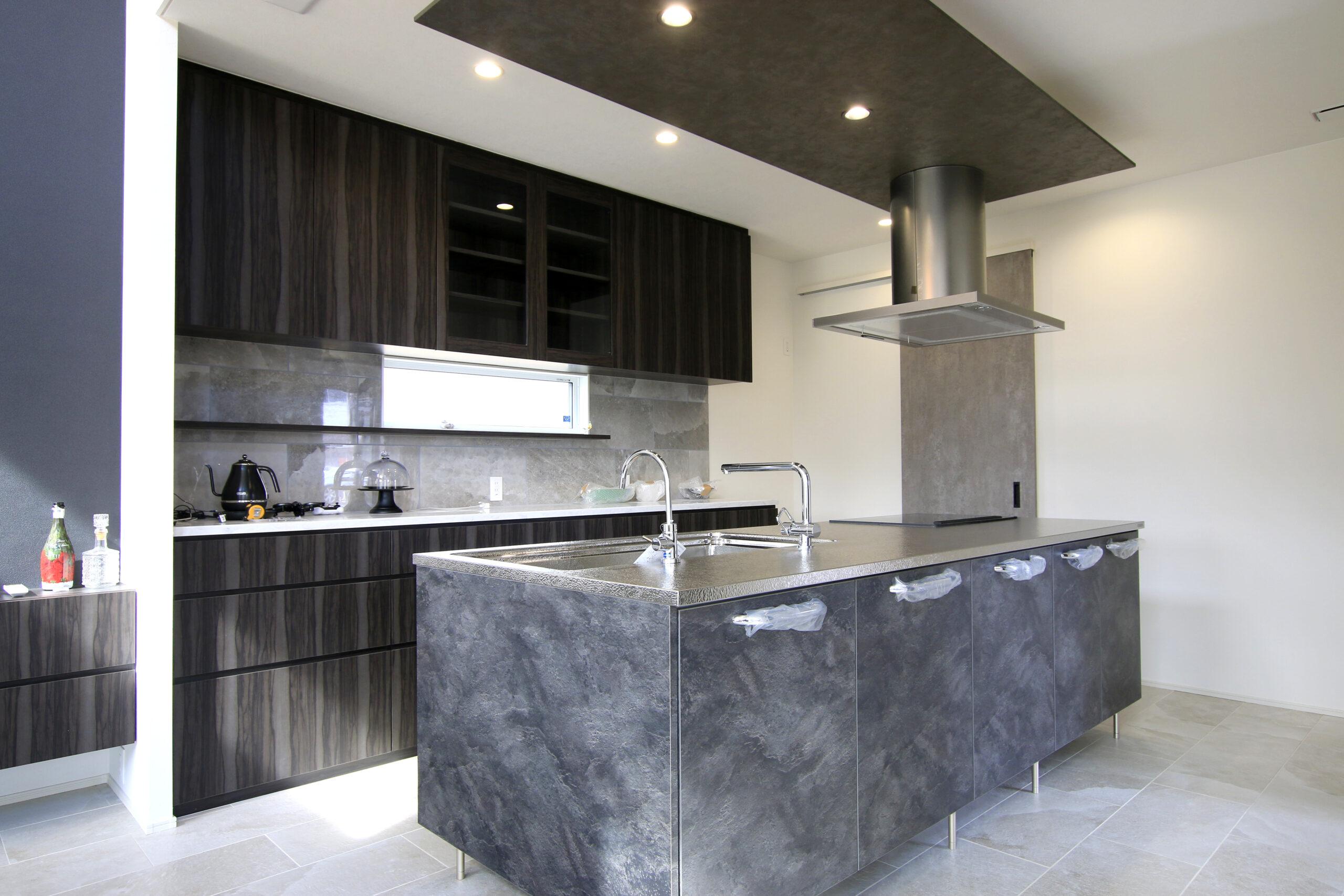 ダークトーンで落ち着いた印象のキッチン空間