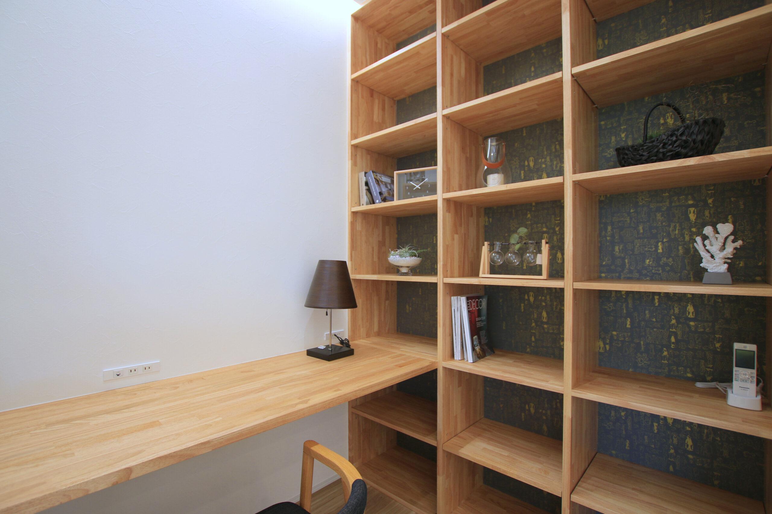 たっぷり収納可能な棚を設けた書斎