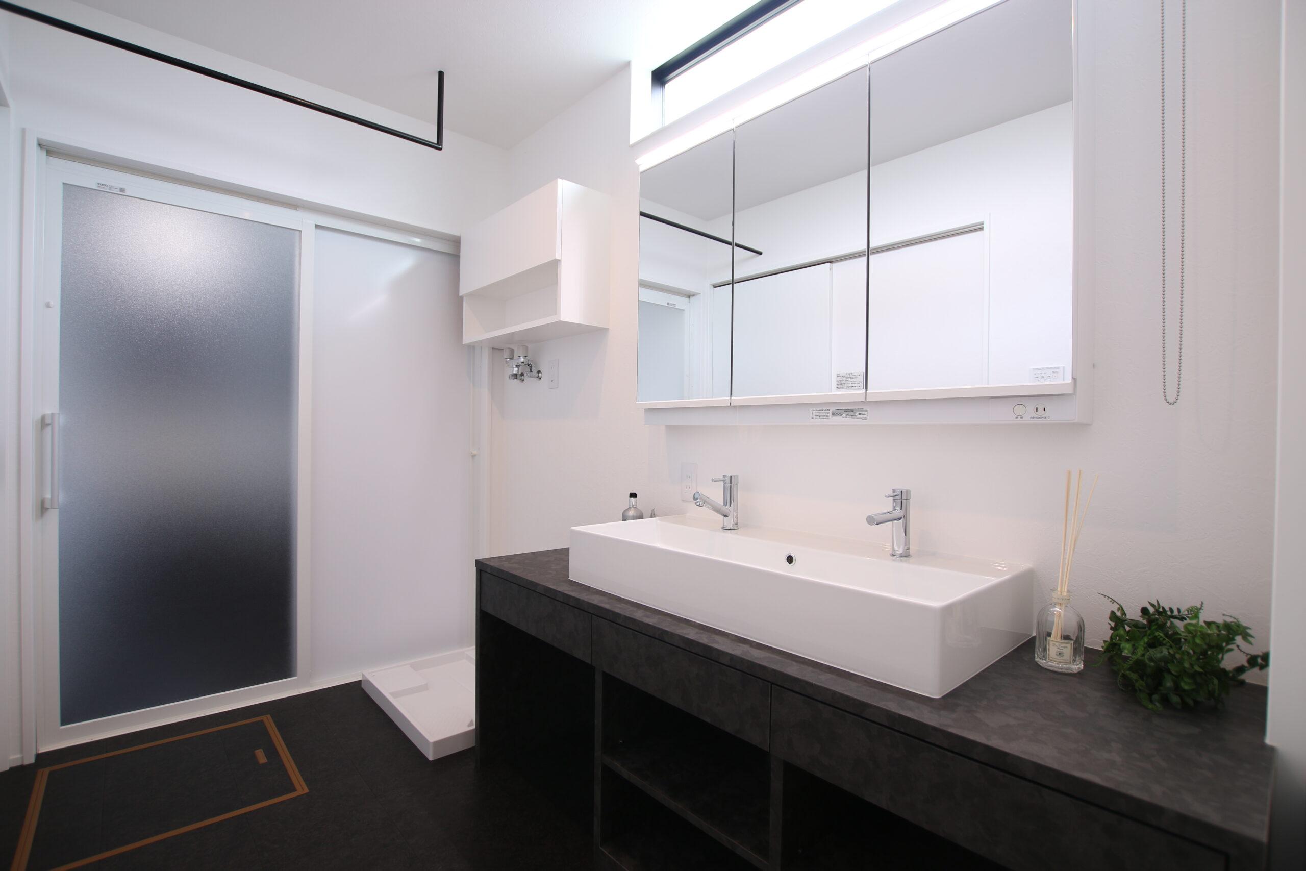洗面脱衣室はモノトーンで落ち着いた雰囲気に