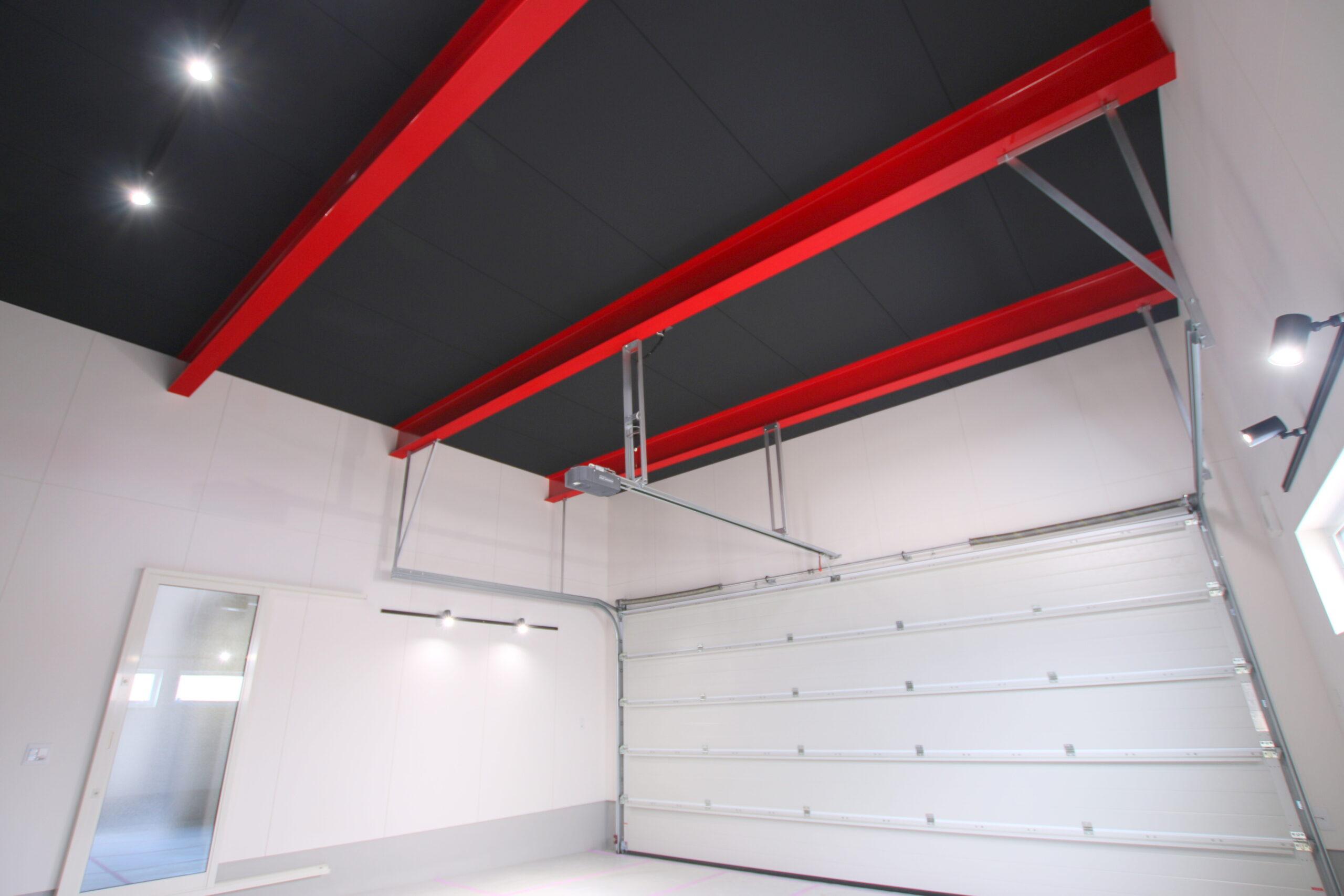赤のさし色が映える天井高の高い 無柱空間のガレージ