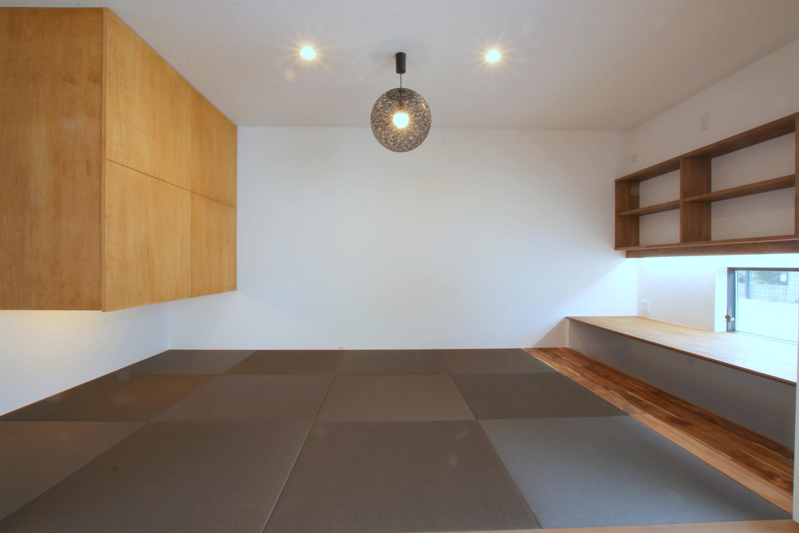 照明が印象的な畳室